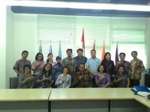 Para dosen berfoto bersama Bapak Rahmat Hidayat, S.Psi., M.Sc., Ph.D.