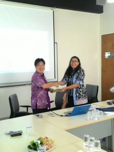 Bapak Jimmy Kurniawan, M.Psi., saat menerima apresiasi Excellent Lecturer